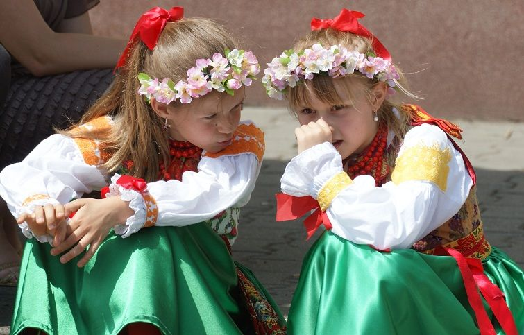 Dziewczynki w strojach wilamowskich w trakcie uroczystości Bożego Ciała w 2012 r. – fot. Alfred F. Majewicz