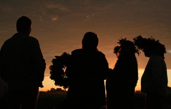 Łatgalowie śpiewający o świcie 24-ego czerwca, świętujący przesilenie letnie. Fot. Ilze Sperga