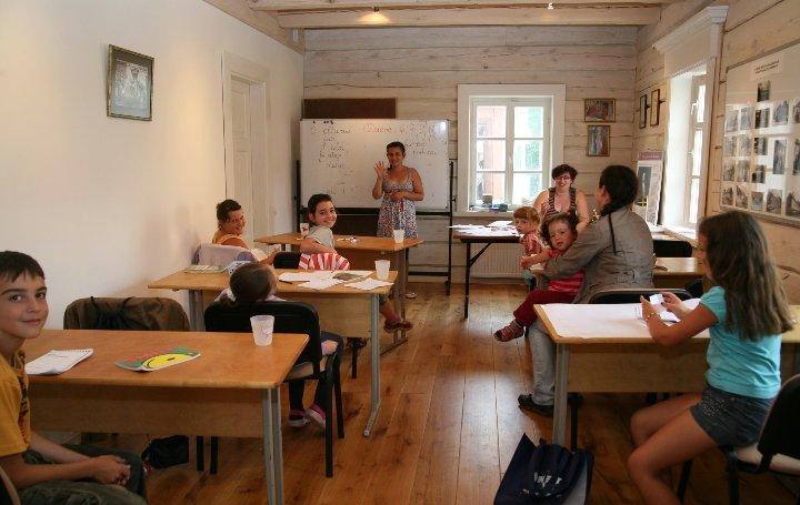 Lekcja w trakcie Letniej Szkoły Języka Karaimskiego w Trokach/Trakai na Litwie – fot. Aleksandr Jeljasevič